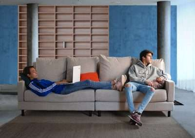 Sofá de 4 plazas del modelo Brick tapizado en tela Enjoy Beige de SITSOFA