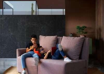 Sofá de 2 plazas y con brazo izquierdo del modelo Circo tapizado en tela Austin Flamingo de SITSOFA